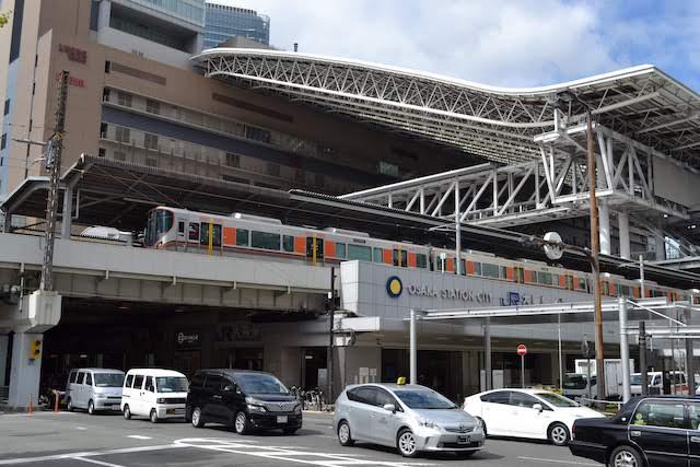 大阪駅桜橋口側から見える大阪環状線323系車両とホーム上の大屋根