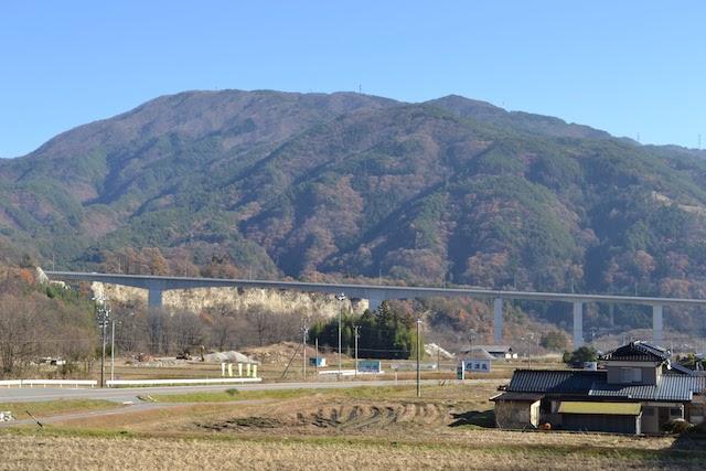 与田切川を橋梁で越える国道153号バイパス
