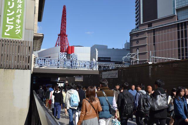 阪急梅田駅2階中央口とJR大阪駅を結ぶ連絡歩道橋