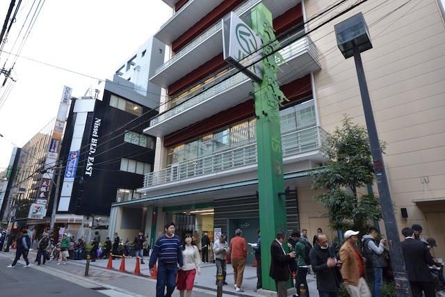 一本通りを入ったところにあるJRA場外馬券場「WINS梅田B館」