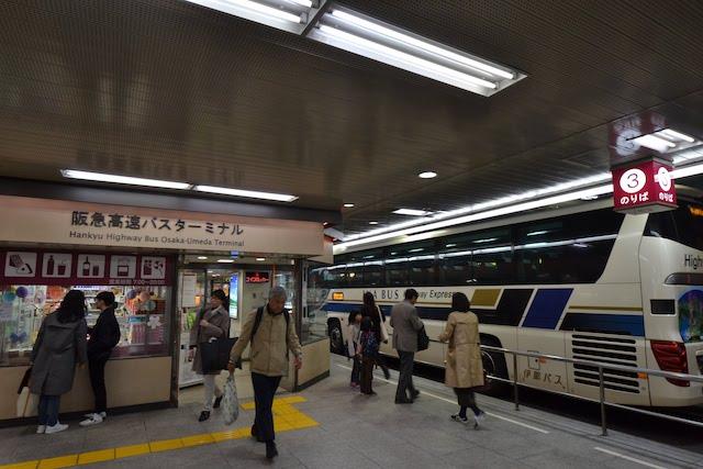 「阪急高速バスターミナル」に停車中の伊那バス箕輪行高速バス