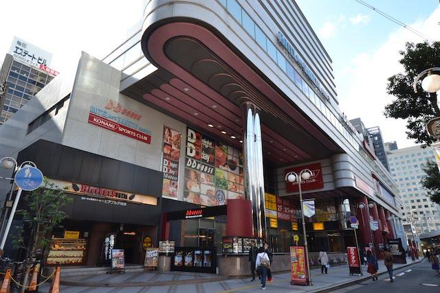 「新阪急ホテルアネックス」と同じビル内にある商業施設「DD HOUSE」
