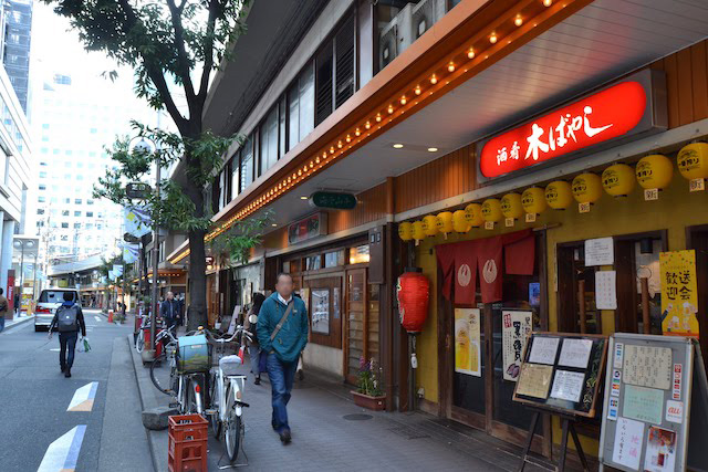 阪急高架下西側に並ぶ路面店はかっぱ横丁ではなく「芝田商店街」