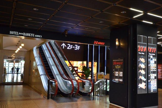 DD HOUSE1階にある新阪急ホテルアネックスのエントランス