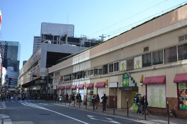 阪急梅田駅北側の高架下に位置する飲食店街「阪急かっぱ横丁」