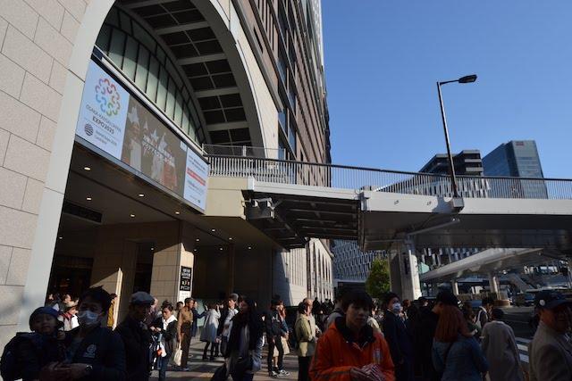 人通りの多い阪急うめだ本店とJR大阪駅をつなぐ横断歩道