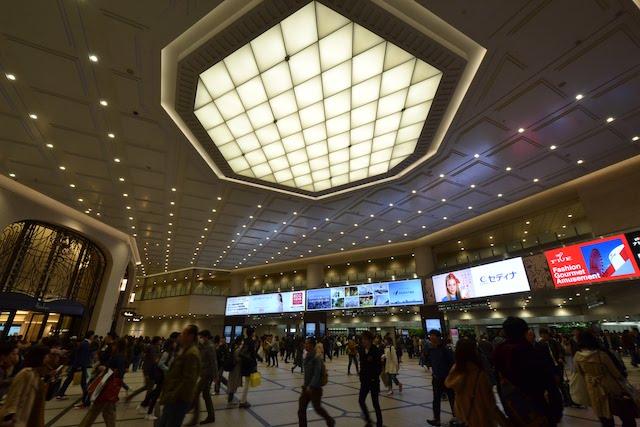 阪急うめだ本店前、ステンドグラスが施されていた旧ドーム天井部はリニューアルにより平天井に