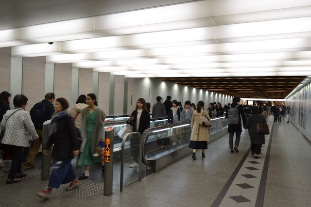 阪急うめだ本店から阪急梅田駅へ通じる日本初の動く歩道(ムービングウォーク)