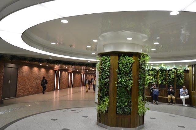 リニューアルに伴い、阪急うめだ本店から阪急梅田駅へ通じる通路脇に設けられた憩いのベンチ