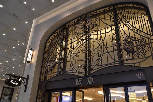 リニューアル後も威厳を保つ阪急うめだ本店入口上の装飾