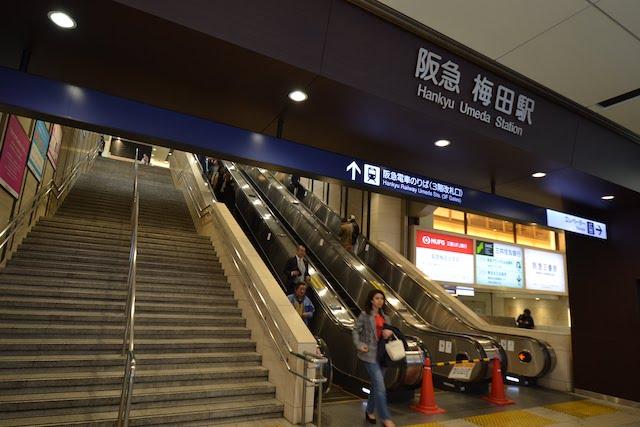 地上から阪急梅田駅3階改札口に通じる3機並んだエスカレーター