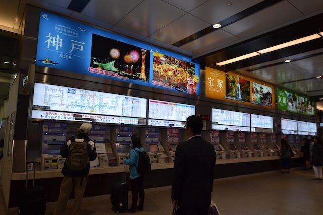 阪急各線のラインカラーに合わせ、神戸(青)、宝塚(オレンジ)、京都(緑)の見どころをPRする広告