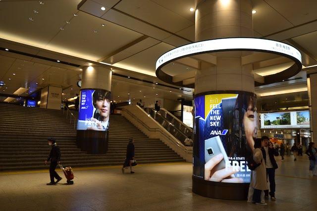 阪急梅田駅2階中央改札口へと続く階段