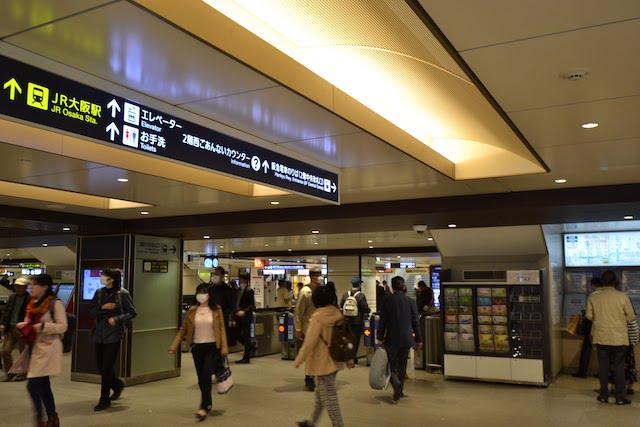 阪急梅田駅2階中央改札口からJR大阪駅の方向を示す案内標示
