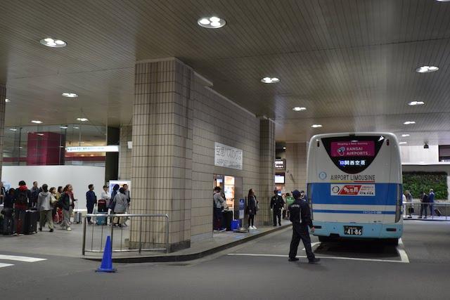 大きな荷物を持った旅行客が集まる新阪急ホテルの空港バスのりば