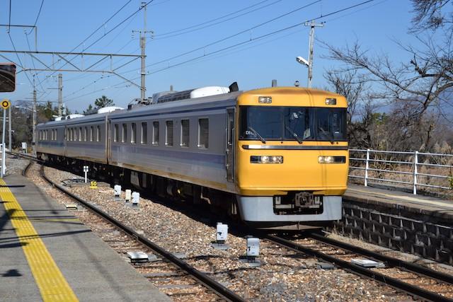 伊那本郷駅を通過する検査用電車「ドクター東海」