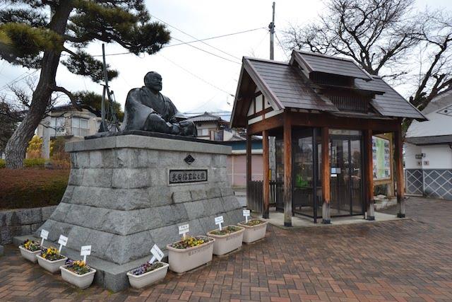 塩山駅前の武田信玄公像
