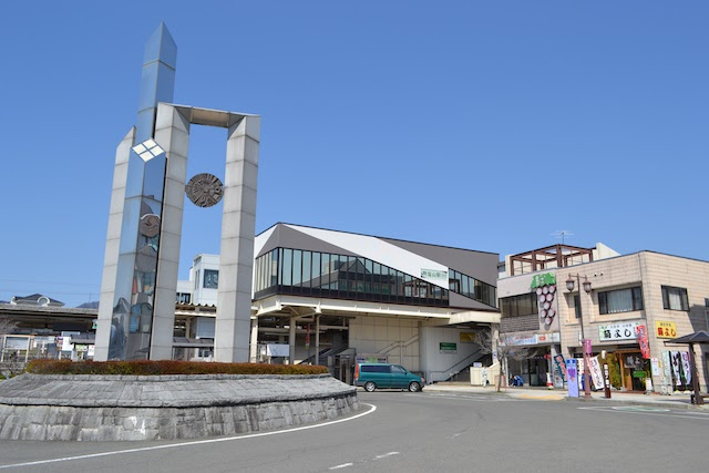 塩山駅南口ロータリーにかつてあった武田菱のモニュメント