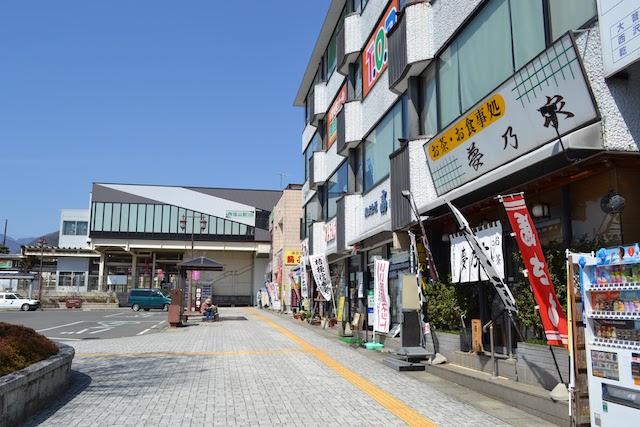 いまも観光拠点の塩山駅前は飲食店や土産店が並ぶ