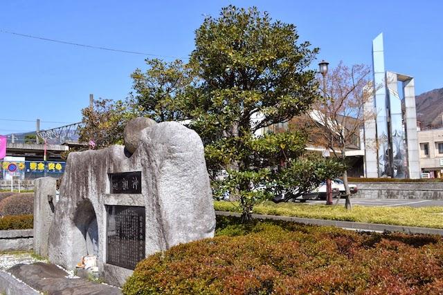 塩山駅前の丸石神こと「於曽道祖神」