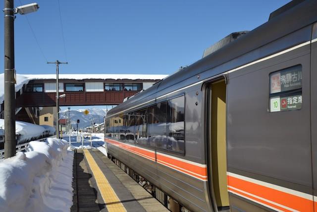 名古屋からの特急「ひだ」が飛騨古川駅に到着