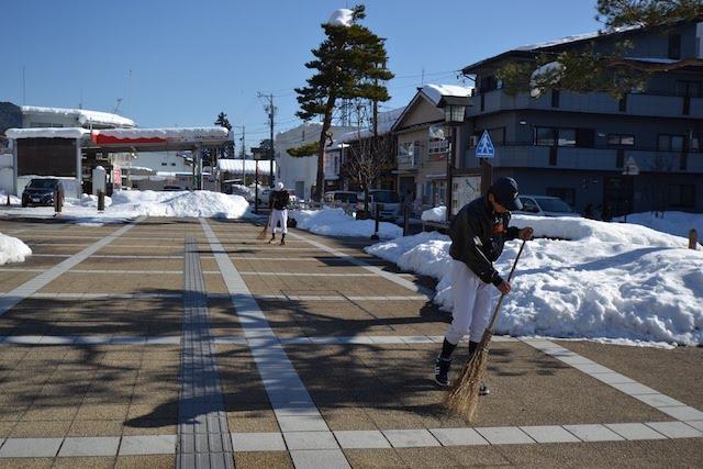 飛騨古川駅前広場を清掃する高校生