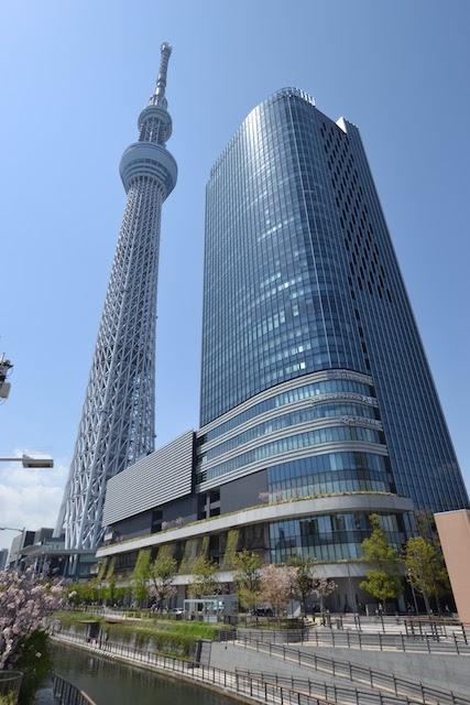 京成橋から見上げる東京スカイツリーとイーストタワー