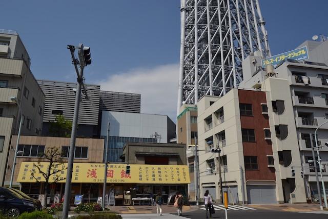 浅草通りの金物店の向こうに東京スカイツリーの足元が映る