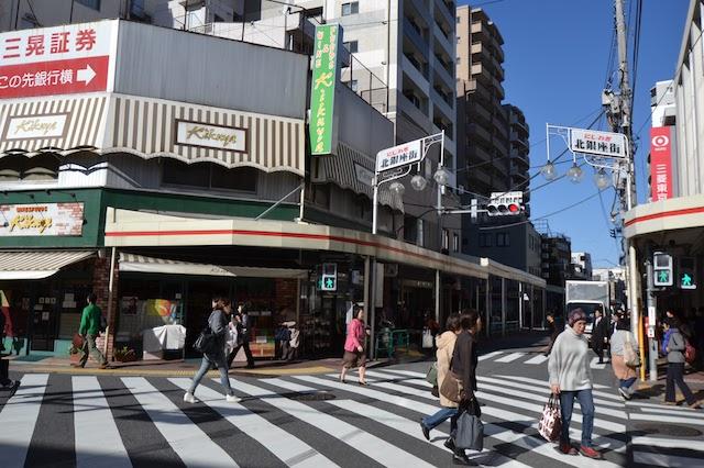 西荻窪駅北口のスクランブル交差点と「にしおぎ北銀座街」
