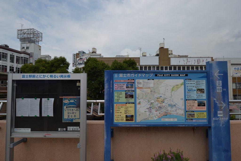 富士駅北口のガイドマップと「富士駅前とにかく明るい掲示板」