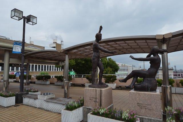 富士駅北口ペデストリアンデッキにあるブロンズ像「飛躍」「黎明」