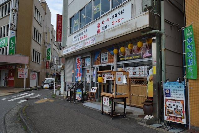 富士駅前の外国人観光案内所を兼ねた飲食店