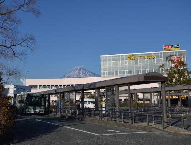 新富士駅富士山口のバスのりばと民間駐車場