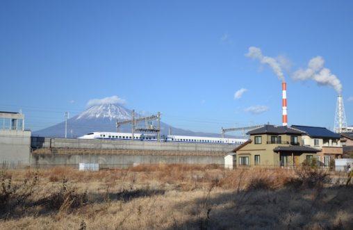 新富士駅から新幹線、製紙工場、富士山のショット