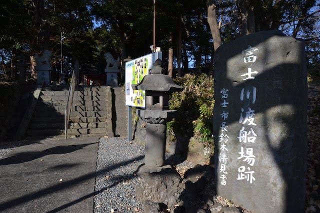 富士川橋のほとりにある水神社の鳥居