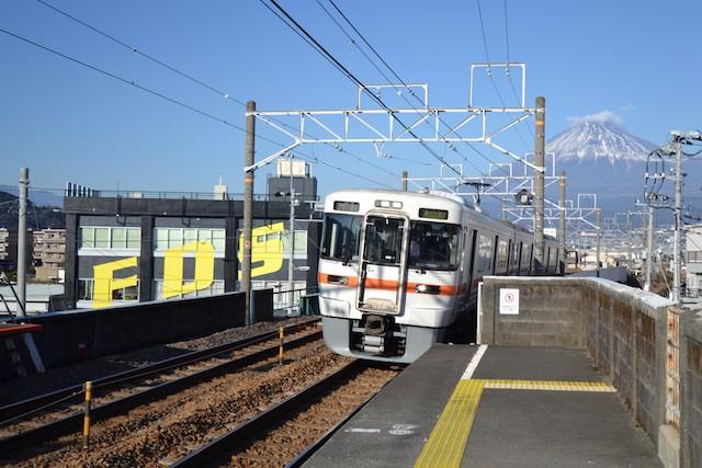 富士山をバックに柚木駅高架ホームに到着する身延線電車