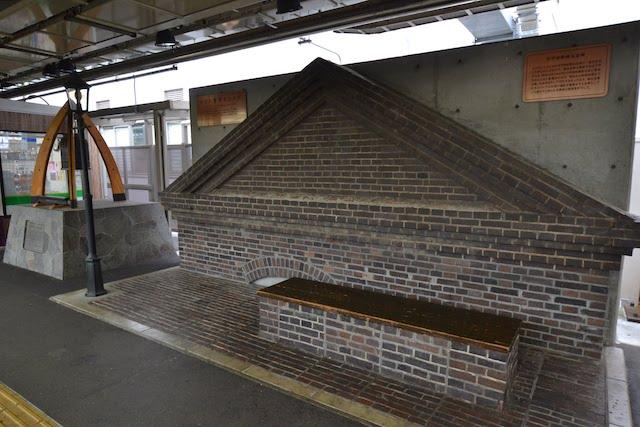 甲府駅1番ホーム「かふふ驛煉瓦ひろば」の旧甲府駅煉瓦倉庫