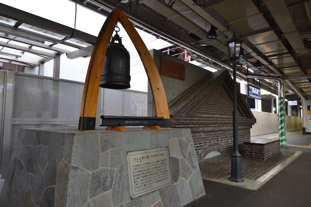 甲府駅1番ホームの「かふふ来の鐘」モニュメント