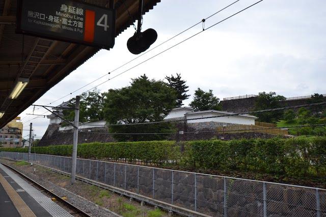甲府駅4番ホームから見る舞鶴城公園