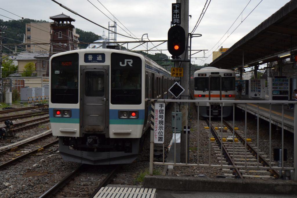 甲府駅を出発するJR中央本線と身延線の電車
