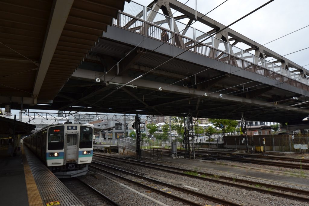 甲府駅ホームを南北に覆う舞鶴陸橋