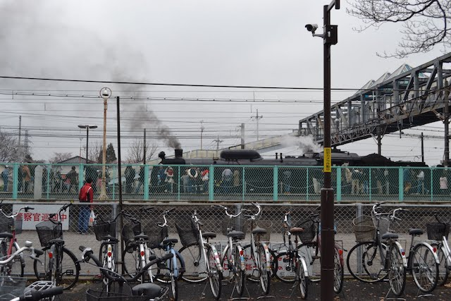 渋川駅前、自転車置場越しのSL「みなかみ」号