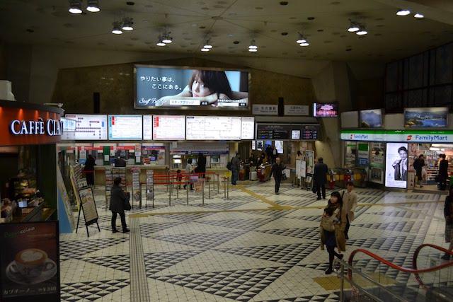 半地下フロアの高い天井が特徴的な近鉄名古屋駅コンコース