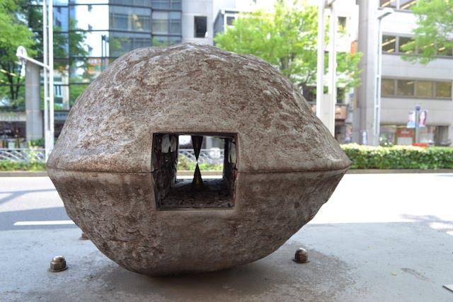 広小路通にある八木麟太郎作のモニュメント「クルミの中の誕生の出発点」