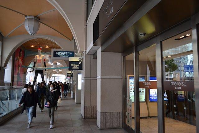 名鉄百貨店本店「メンズ館」入口から見える「ナナちゃん人形」