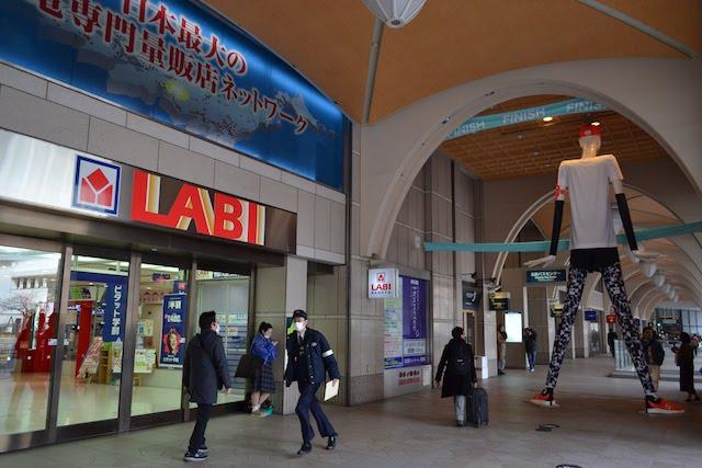 「ヤマダ電機LABI名古屋」入口側から見る「ナナちゃん人形」の後ろ姿
