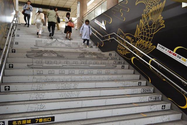 市役所駅階段に描かれた名古屋城と金シャチ