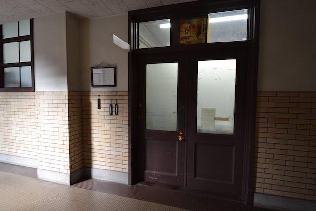 愛知県庁本庁舎の事務室入口