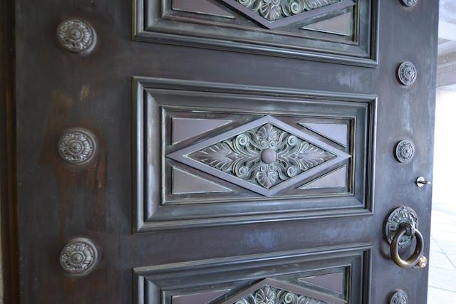 愛知県庁本庁舎エントランスの重厚な扉