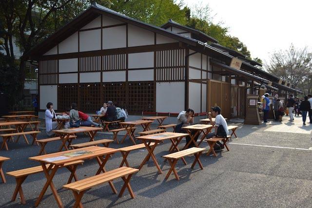 テラス席はビアガーデン「名古屋城金シャチ海鮮市場BEER&BBQ」として整備
